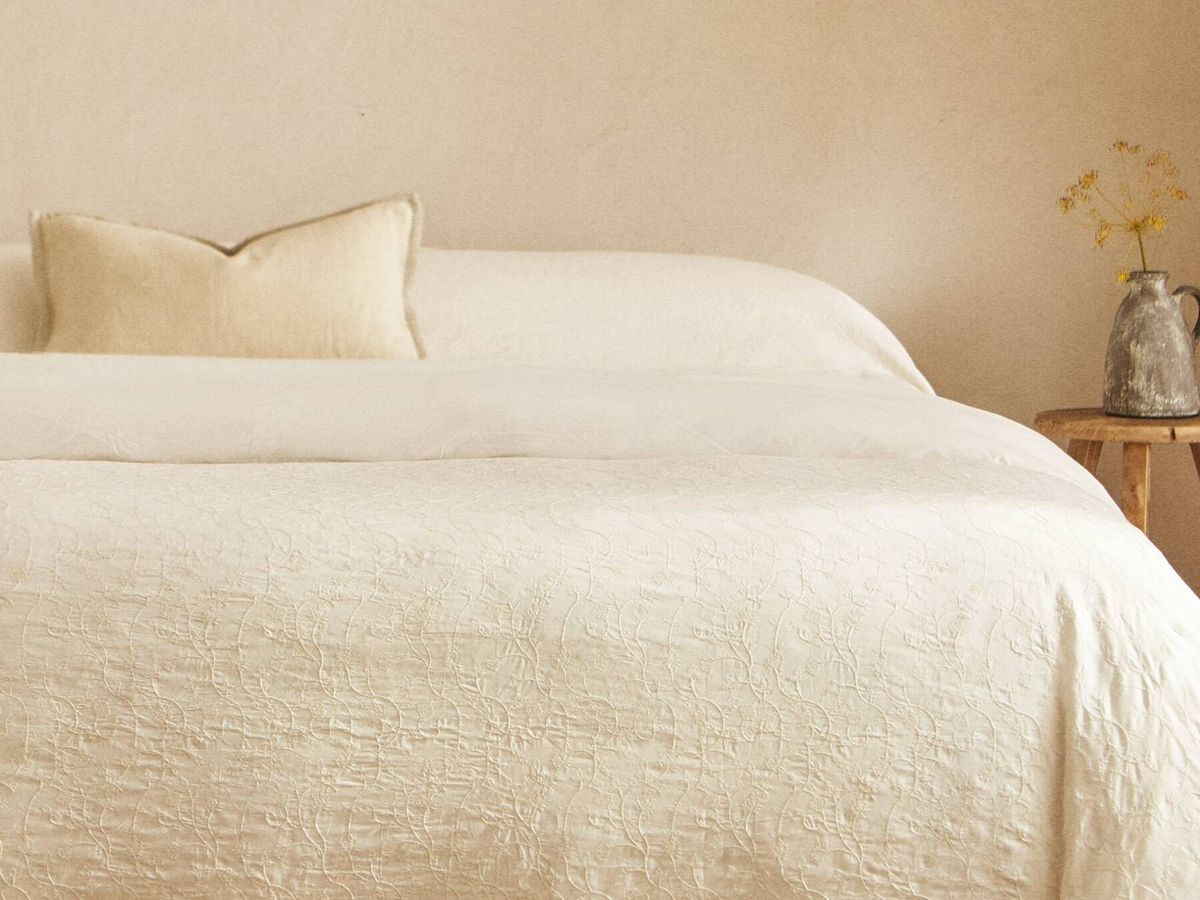 Foto: Zara Home nos invita a llenar de bordados nuestro dormitorio. (Cortesía)
