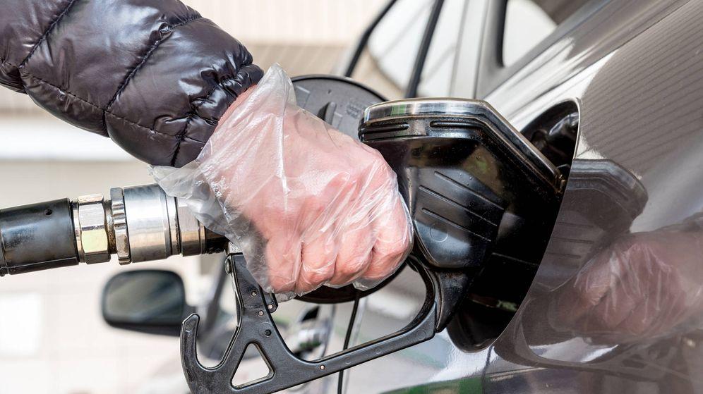 Foto: Un conductor reposta en una gasolinera. (iStock)