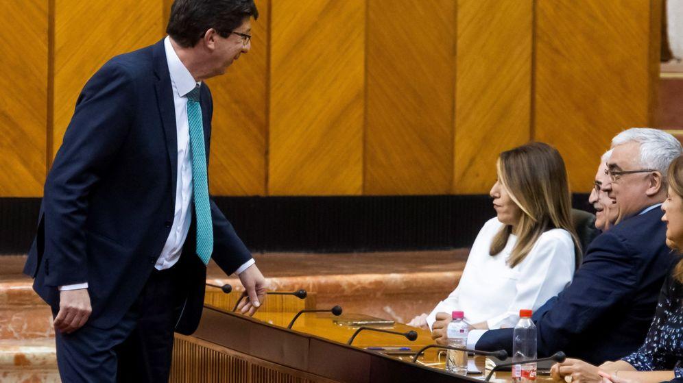 Foto: El líder de Ciudadanos, Juan Marín (i), conversa con la expresidenta de la Junta Susana Díaz. (EFE)