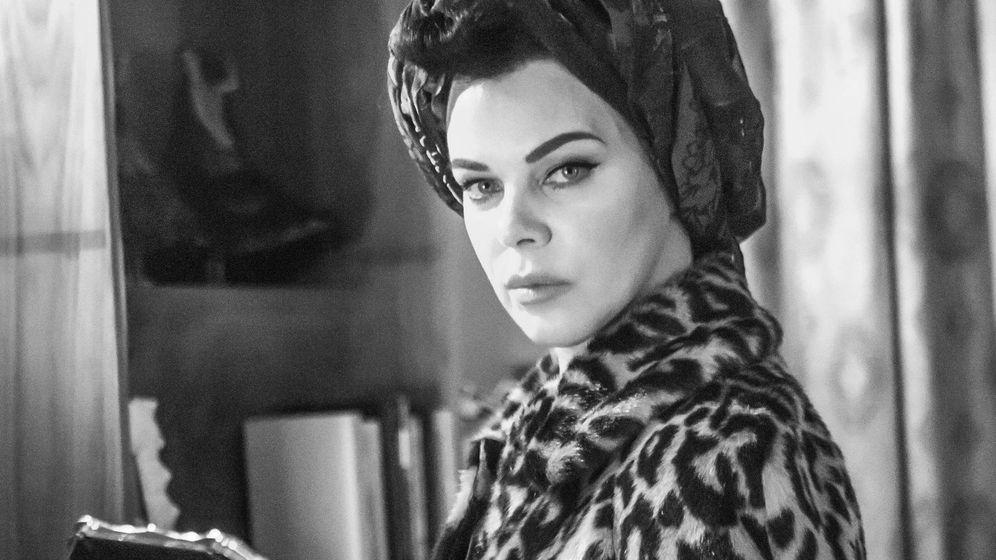 Foto: La actriz Debi Mazar, caracterizada como Ava Gardner en 'Arde Madrid'. (Movistar )