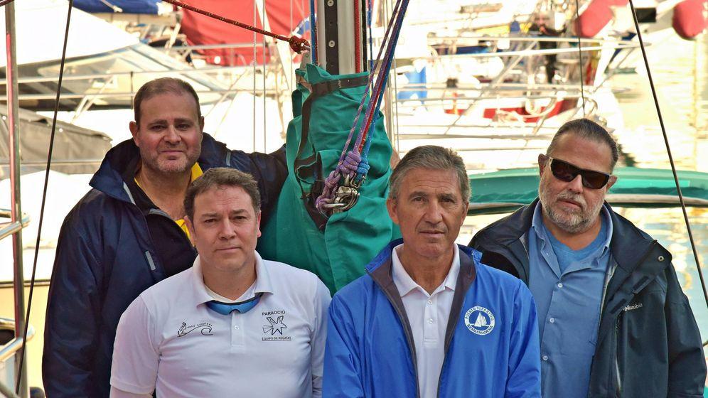 Foto: De izquierda a derecha, Curro Zabala (invidente), Daniel M. Canca (sanitario), Jorge Román (51% de visión) y Paco Redondo (invidente), el viernes en el puerto de Benalmádena. (Agustín Rivera).