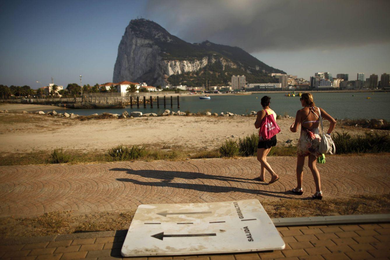 Foto: Dos turistas españoles cerca de la frontera con Gibraltar, en septiembre de 2013 (Reuters).