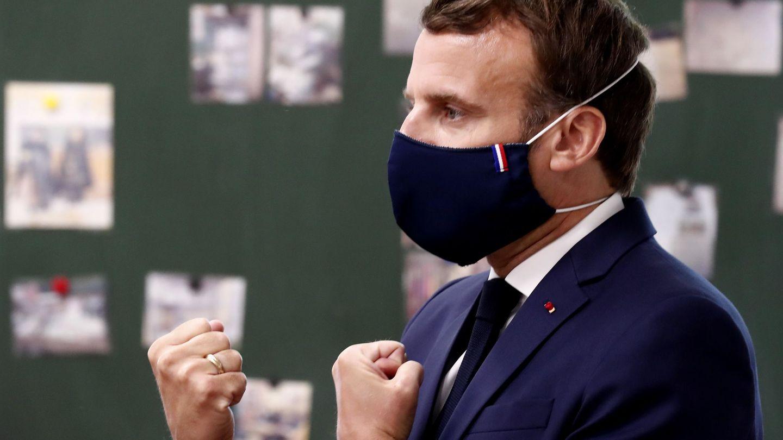 El presidente francés Emmanuel Macron,  con una mascarilla con la bandera. (EFE)