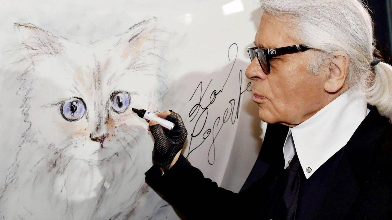 Karl y un dibujo del minino. (EFE)