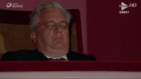 La última de Laurent de Bélgica: con tapones en los oídos y dormido en un concierto