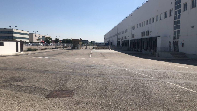 Zona de carga y descarga del almacén de Amazon totalmente vacía. (Foto: M. Mc.)