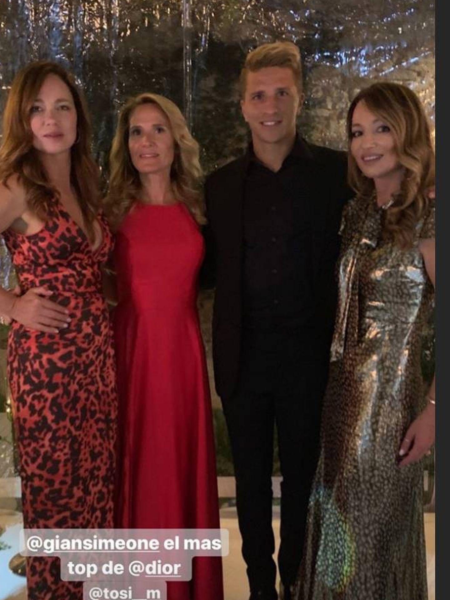 Posando con algunos de los invitados y el hijo de Simeone. (IG)