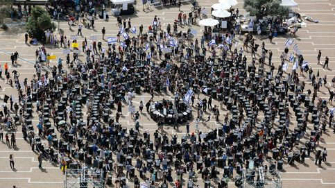 Un círculo de personas para impedir una planta de gas en Israel