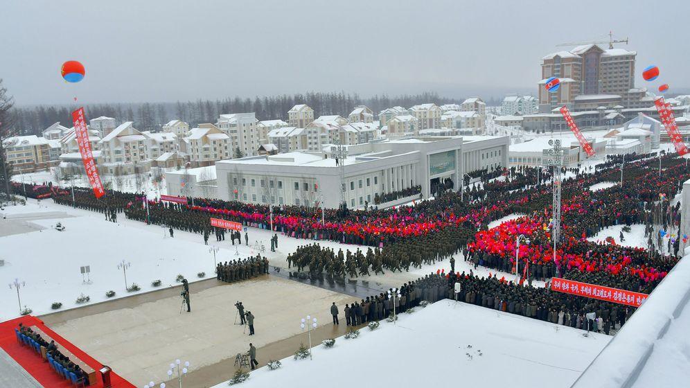 Foto: Monumental desfile para conmemorar la inauguración de Samjiyon. (Reuters)