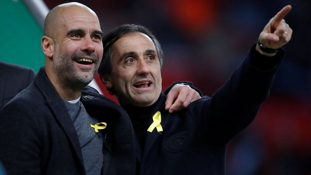 Foto: Pep Guardiola y Manel Estiarte, los dos con el lazo amarillo, tras la victoria del City en la final de la Copa de la Liga. (Reuters)