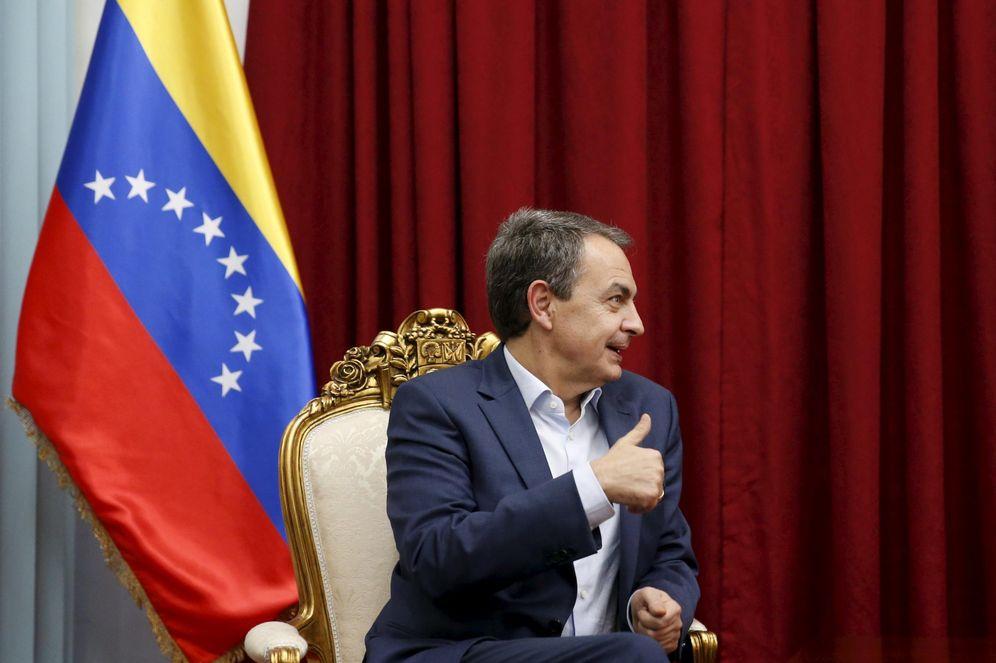 Foto: Zapatero levanta el pulgar durante un encuentro con Maduro en el Palacio de Miraflores en diciembre de 2015 (Reuters)