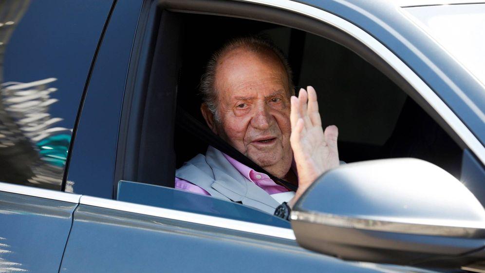 Foto: El rey Juan Carlos a su salida del hospital tras recibir el alta médica. (EFE)
