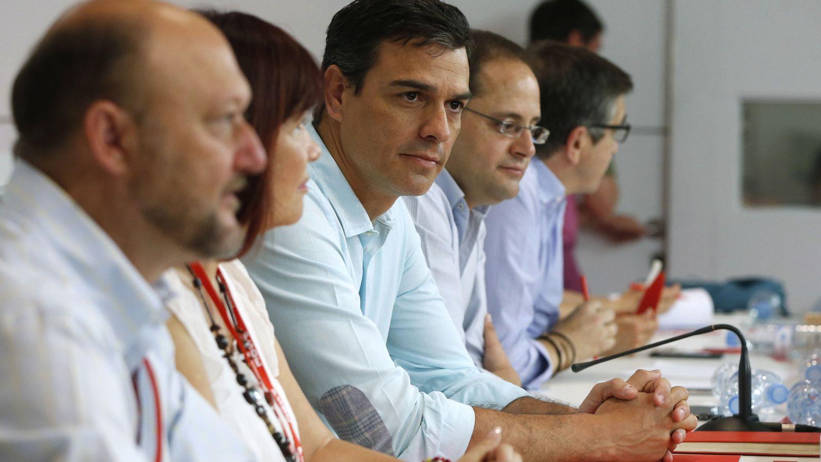 Foto: Pedro Sánchez y los miembros de su ejecutiva, en el arranque del comité federal del PSOE de este 9 de julio, en Ferraz. (EFE)