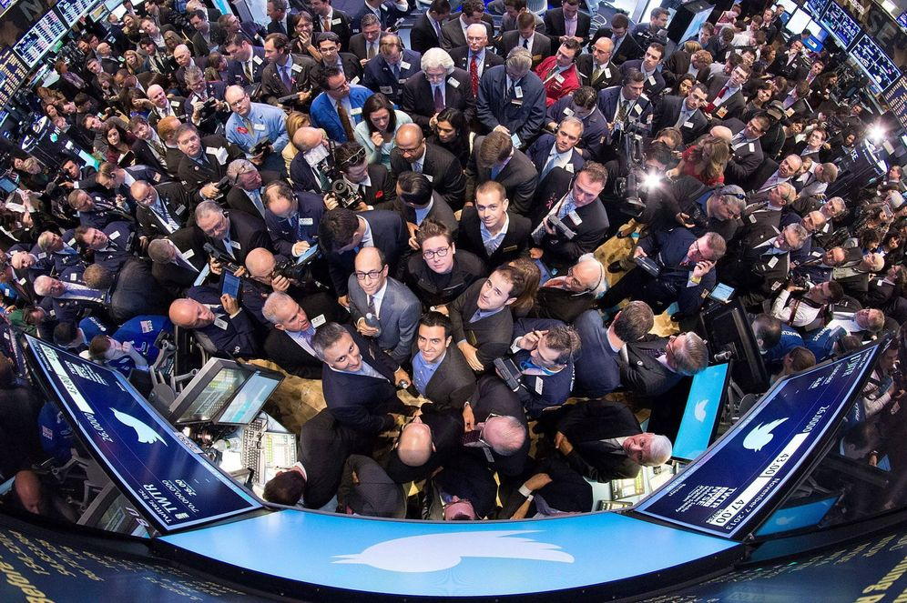 Foto: Brókers apelotonados en Wall Street (EFE)