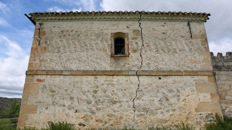 Lateral agrietado de la ermita de La Monjía, construida en 1120. (D.B.)