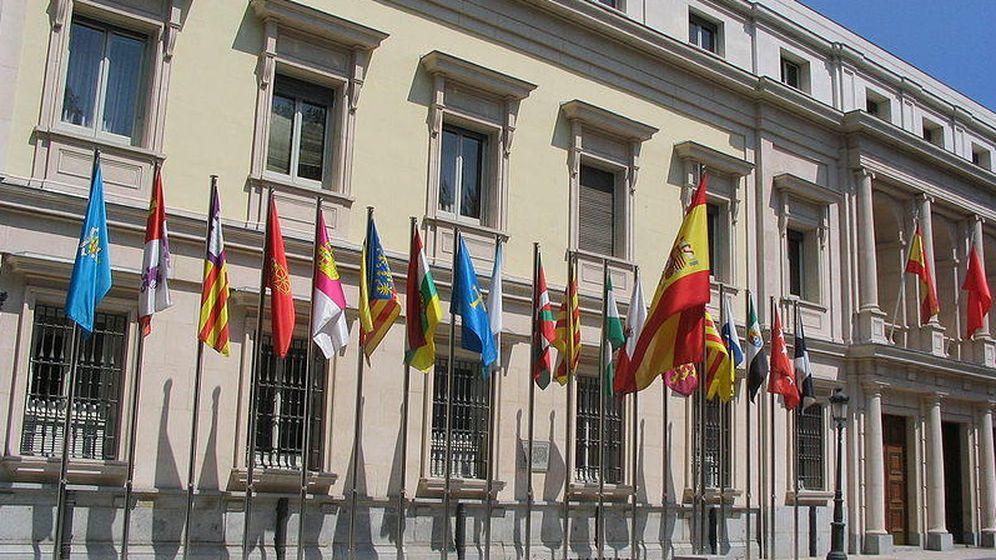 Foto: Banderas de las comunidades autónomas de España frente al Senado. (Foto: Javier Carro)