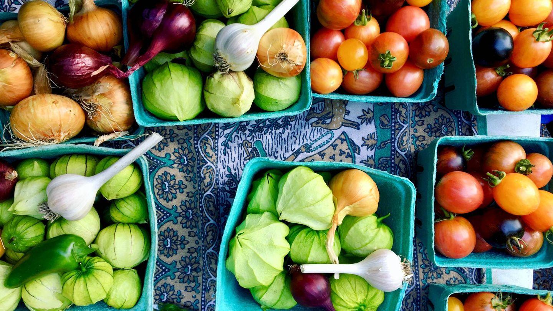 Varios cuencos con vegetales.
