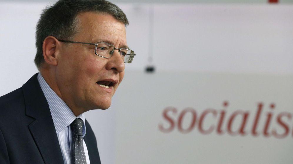 Foto: Rueda de prensa de Jordi Sevilla tras la reunión de la ejecutiva del PSOE. (EFE)