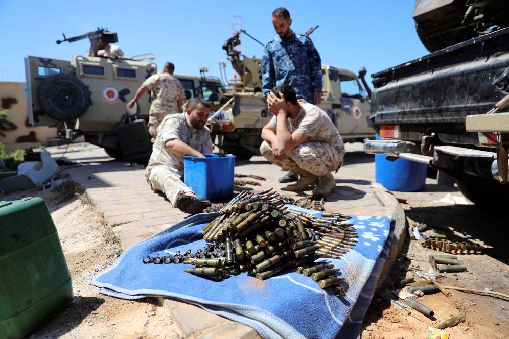 Foto: Combatientes de las milicias de Misrata se preparan para avanzar hacia el frente de Trípoli. (Reuters)