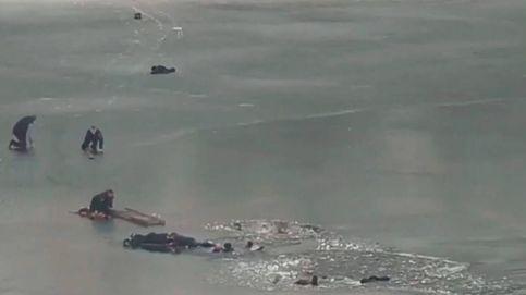 Dramático rescate de cuatro personas que cayeron a un lago helado en Ucrania