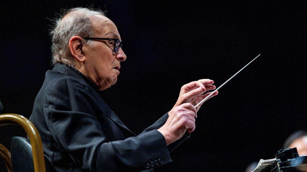 Foto: El compositor y director de orquesta italiano Ennio Morricone, durante el concierto ofrecido este martes en el WiZink Center de Madrid. (EFE)