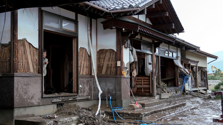 Una mujer en el interior de su casa, destrozada por el tifón, en Nagano, Japón. (EFE)