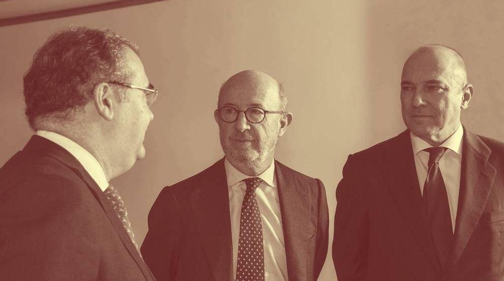 Foto: De izda. a dcha.: Ángel Ron, Emilio Saracho y Pedro Larena, exdirectivos del Popular. (Europa Press)