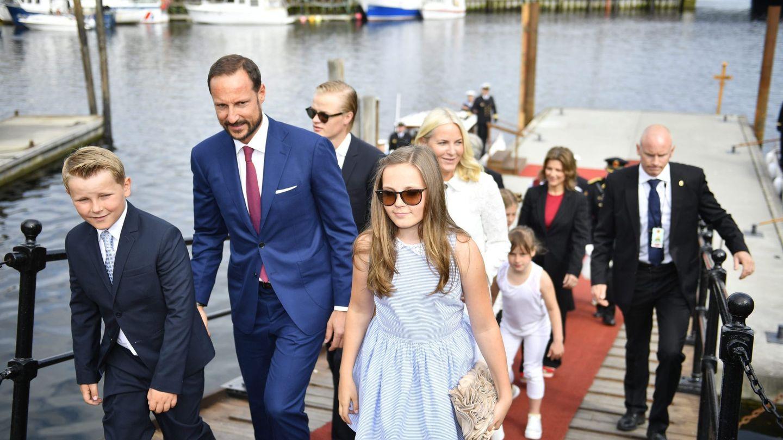 El príncipe Sverre Magnus, el príncipe heredero Haakon de Noruega, Marius Borg Hoiby, la princesa Ingrid Alexandra y la princesa heredera Mette-Marit llegan al puerto de Trondheim (Noruega), en una imagen de 2016. (Efe)