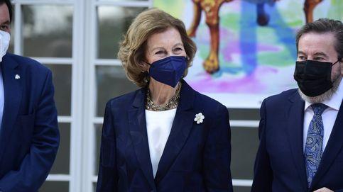 Bolso de Valentino y mascarilla a juego: la vuelta de la reina Sofía a la agenda real