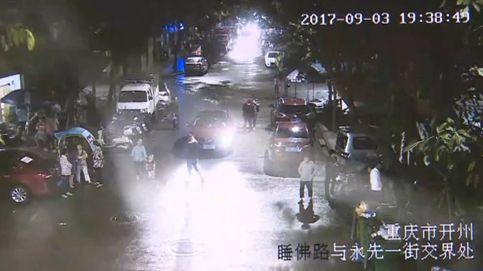 Un niño salva su vida milagrosamente tras ser atropellado por un coche en China