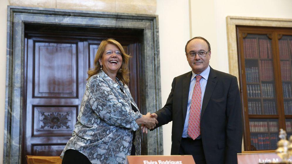 Foto: La presidenta de la CNMV y el gobernador del Banco de España, Luis María Linde. (EFE)