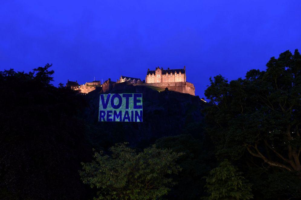 Foto: El castillo de Edimburgo iluminado con un cartel a favor de la permanencia, el 21 de junio de 2016 (Reuters)