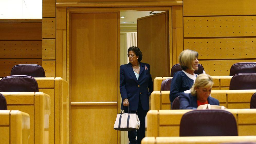 Foto: La senadora del Grupo Mixto Rita Barberá (c) entra al hemiciclo para participar en el pleno del Senado. (EFE)