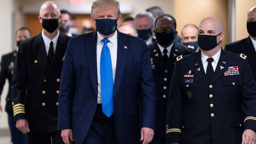 Trump aparece por primera vez con mascarilla en su visita a un centro médico