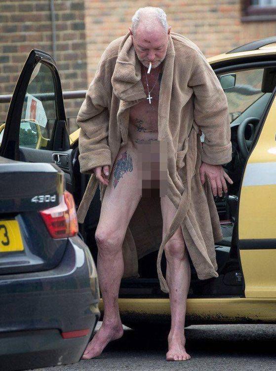Foto: Gascoigne se baja de un taxi, completamente borracho (Foto The Sun)
