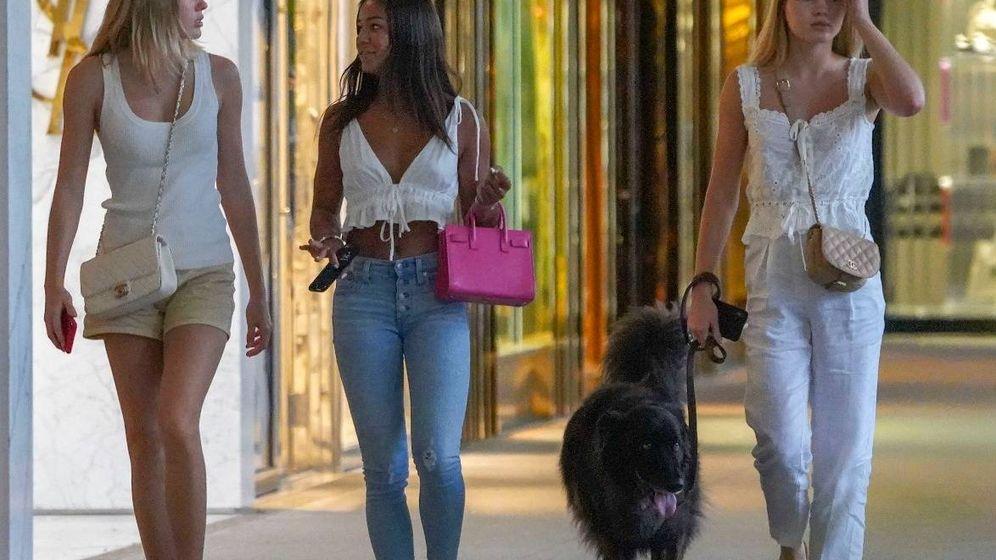 Foto: Victoria y Cristina, de paseo con una amiga. (Vanitatis)