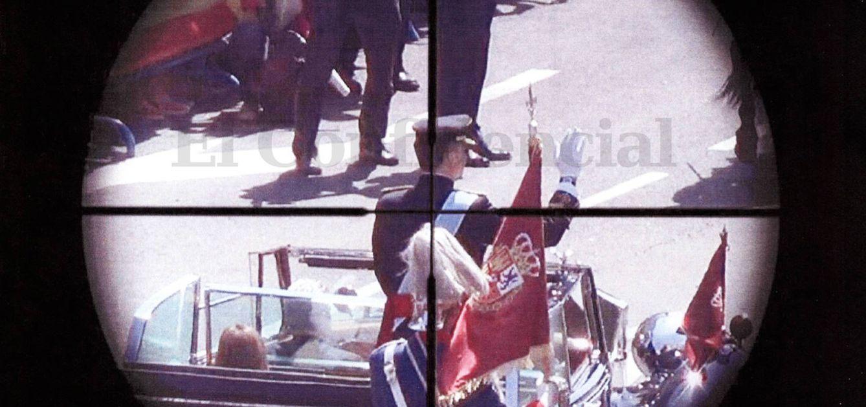 Foto: El rey Felipe VI aparece en el punto de mira de Santiago Sánchez durante el desfile posterior a su proclamación. (Fotogramas reales de la grabación de S.S.R / EC)