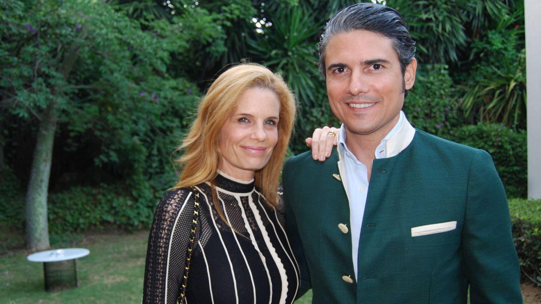 Olivia de Borbón posa junto a su marido, Julián Porras. (Amparo de la Gama)