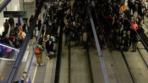 Cientos de miembros de los CDR cortan las vías del AVE en la estación de Girona