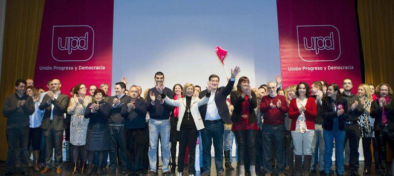 Foto: Rosa Díez, la lideresa de UPyD, en el centro, aupada por los militantes en Mieres (Asturias).