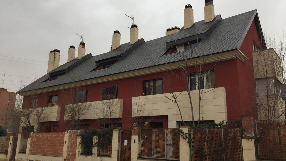 Foto: La casa okupada (el chalé de la derecha) en la Colonia de los Ángeles. (P. E.)