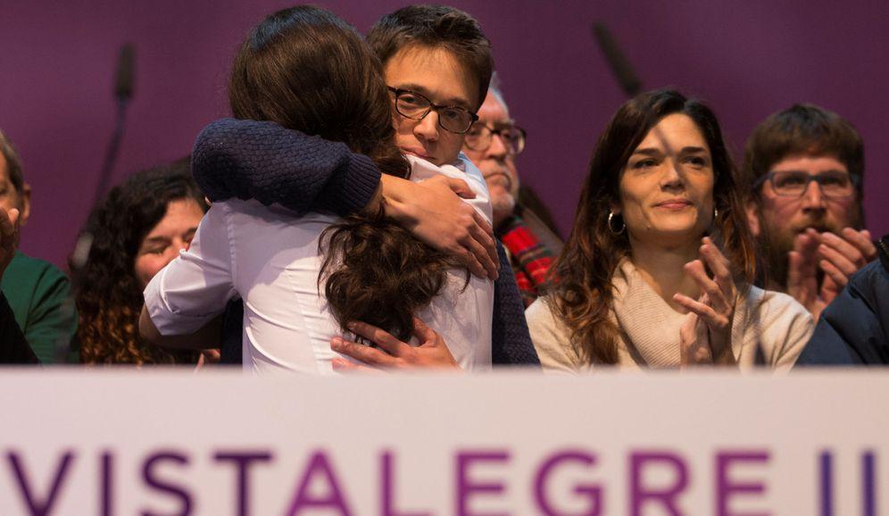 Foto: Pablo Iglesias e Íñigo Errejón se abrazan durante la celebración de Vistalegre II. (Reuters)