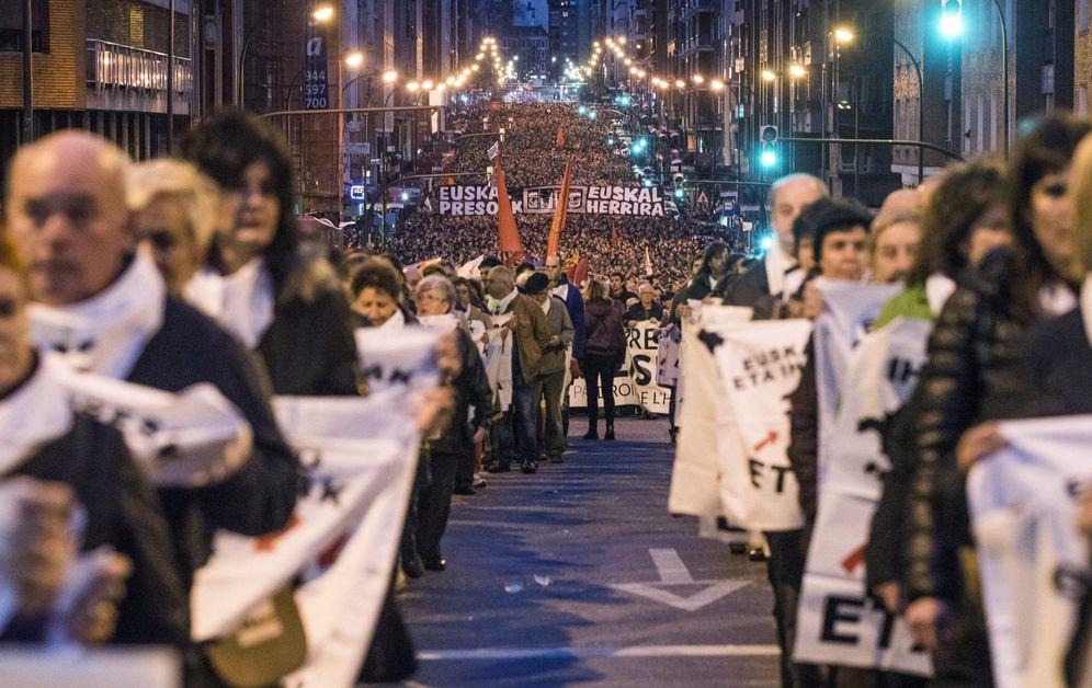Foto: Participantes en una de las manifestaciones de comienzos de año en Bilbao a favor de los presos de ETA. (EFE)