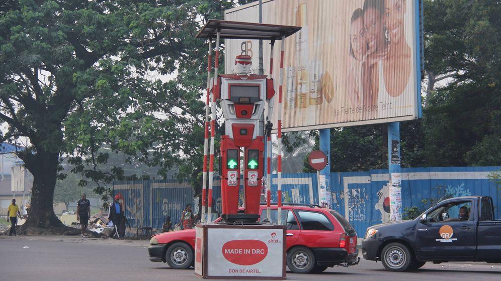 Foto: El extraño robot que patrulla el tráfico en Kinshasa (T. Deiros)