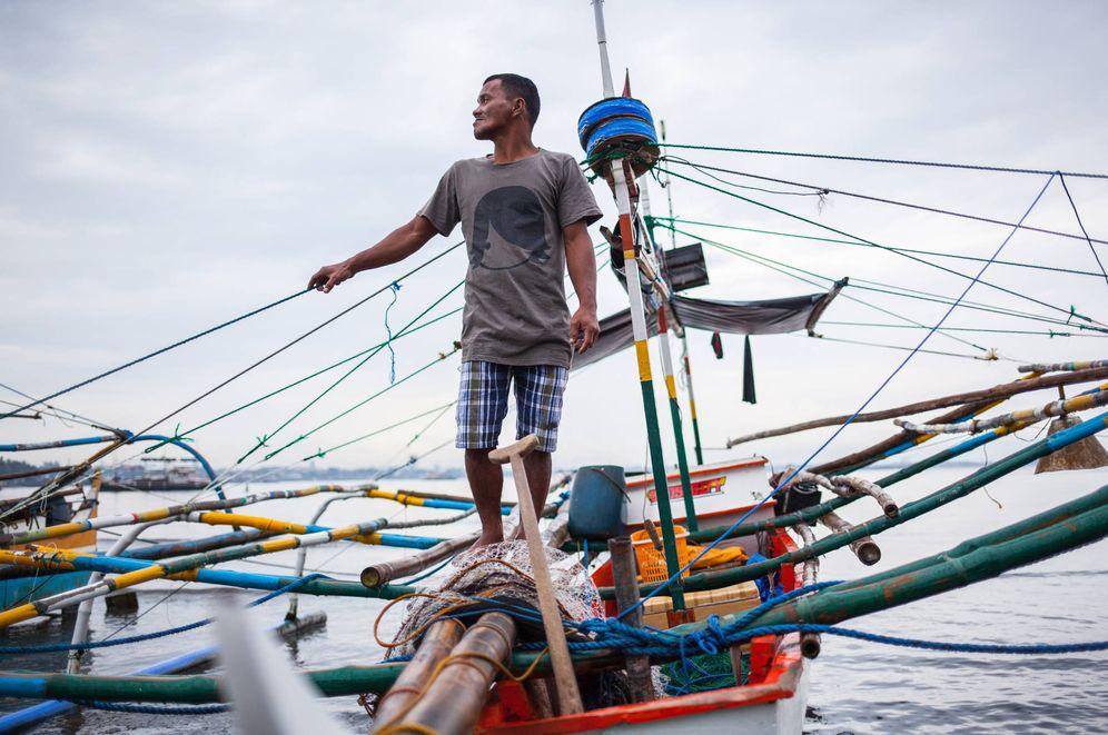 Foto: El pescador Harry Bibat preparándose para faenar. (Foto: Biel Calderón)
