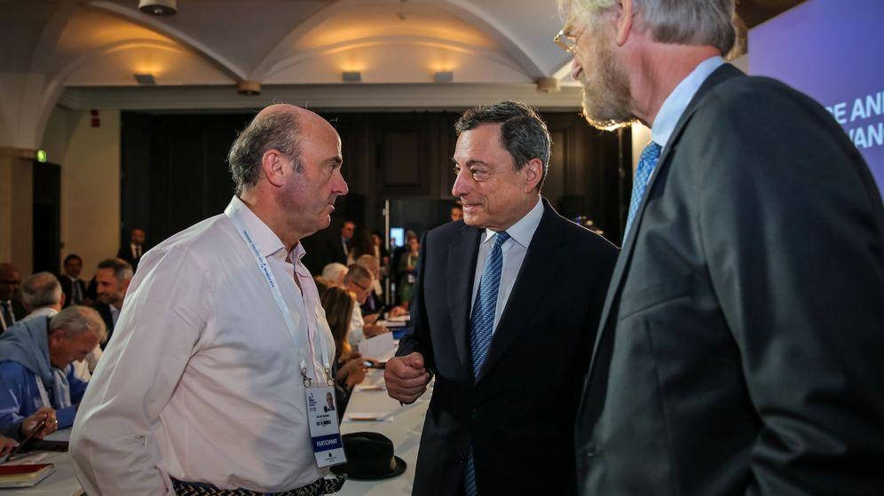 Foto: Mario Draghi hablando con Luis de Guindos en la reunión de bancos centrales de Sintra (Reuters)