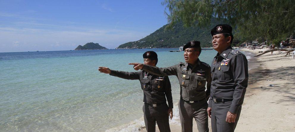 Foto: Oficiales de la Policía observan la zona donde fueron asesinados dos británicos, en la isla de Koh Tao. (Reuters)