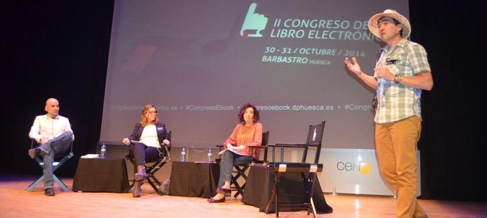 Foto: El bibliotecario Fernando Juárez durante la ponencia sobre las bibliotecas y el ebook. (Congerso de Barbastro)