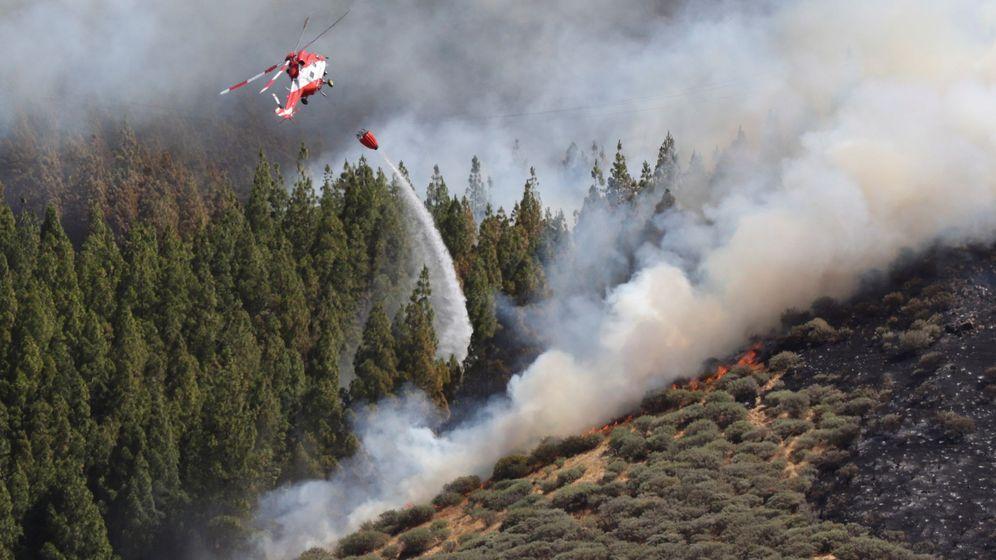 Foto: Un helicóptero en el incendio declarado este sábado en la zona de Artenara en el oeste de la isla de Gran Canaria. (EFE)