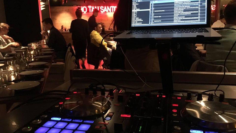 Los DJ amenizan la madrugada en el restaurante Negro. (Cortesía)